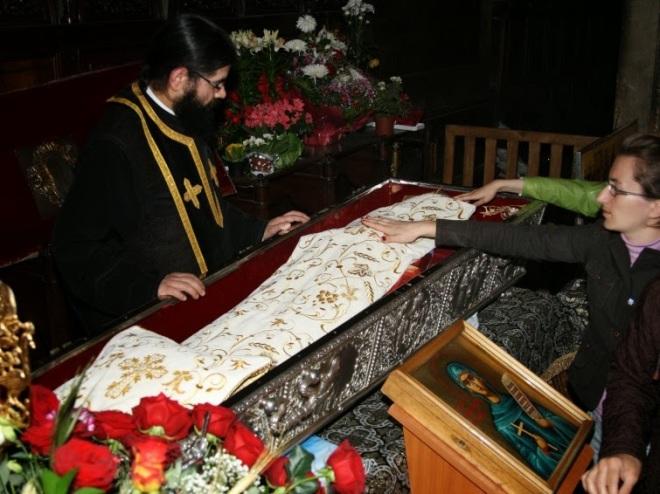 Μετάδοση αγιασμού δια της αφής του ιερού λειψάνου της Οσίας Παρασκευής της Νέας ή Επιβατινής. Καθεδρικός Ναός, Ιάσιο, Ρουμανία. http://leipsanothiki.blogspot.be/